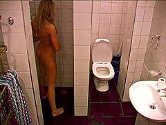 シャワーの水圧で陰部を刺激して金髪美女が感じまくり