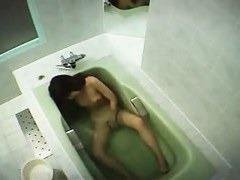 お風呂の湯船で手マン一人エッチする美人お姉さんを盗撮