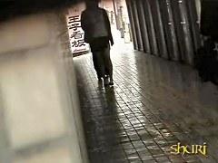 Hot babe got shuri sharked inside of a pedestrian passage
