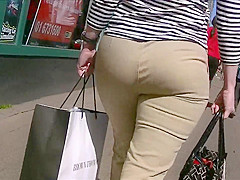 Candid Bubble Butt Milf in Tight Pants