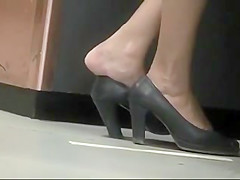 Candid shoeplay - dipping by airport babe