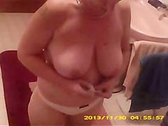 Frau im Bad beim Anziehen