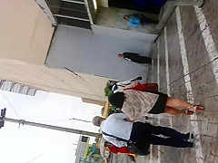 Chaparrita madura en vestido corto