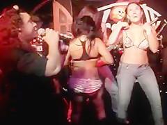 Ragazze in topless al concerto rock
