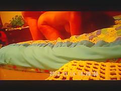 ensartada en la cama