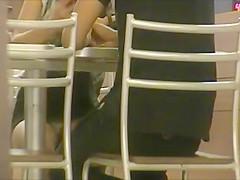por baixo da mesa calcinha colorida
