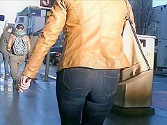 Candid blonde milf in tight jeans and leather jacket