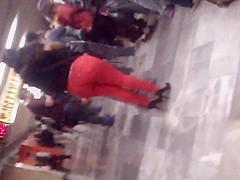 Nalgotas en pantalon apretado rojo II