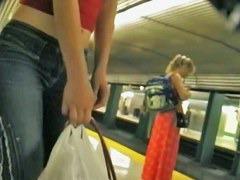 駅でジーパンを履いたブロンド美女のお尻を狙って盗撮