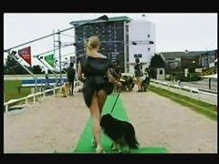 モデル風白人が犬の散歩中風のいたずらで黒Tバックがチラリ