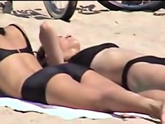 Girls in candid black bikinis spied on the crowded beach 07d