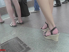 Amateur babe shows off g-string in candid upskirts clip