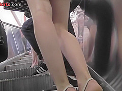 Bubble-ass and g-string of a blonde in upskirt mov