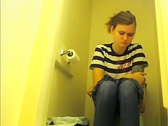 Teen chick pulls down her tight jeans pants to pee