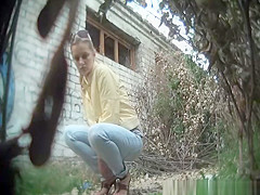 Nice ass chick pees outdoors