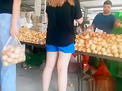 Leegings ass at food market