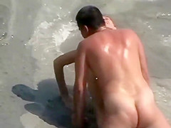 Couple has a quick sex near the water