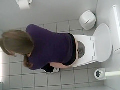 Voyeur spies a college girl in the toilet