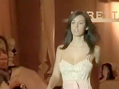 Supermodel accidentally shows her nipple
