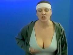Jiggling boobs on dancing women