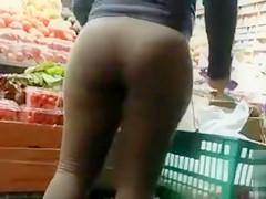 Bootylicious bimbo walks in so loose sweatpants that her underwear is showing