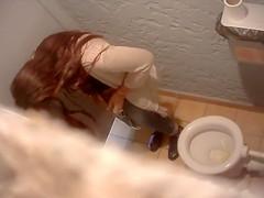 Coed looker chucks a leak in the ladies room