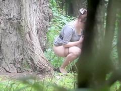 Preciosas Rusas espiadas orinado en el parque
