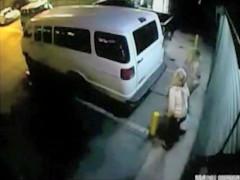Cámara de seguridad pilla a las chicas meando en la calle
