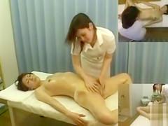 Skilled therapist makes a female client cum