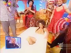 Naked lady in a bathtub on Spanish TV