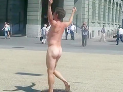 Nude man runs around a public square and gets attention