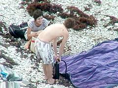 Pareja de nudistas espiados en la playa nudista