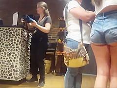 Nena con gorro y gran culo - Girl with cap showing big ass