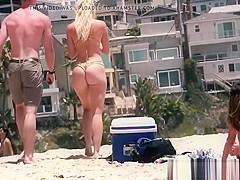 rubia perfecta con hermoso culo en la playa