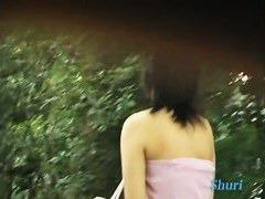 人気の無い公園で女子大生の衣服をズリ下げておっぱいポロリさせる