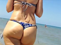 Following a pawg on the beach