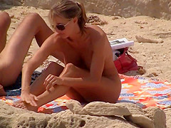 Pareja en playa nudista