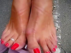 MATURE FEET IN HIGH HEELS
