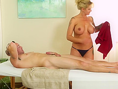 Bigtitted masseur blows her client
