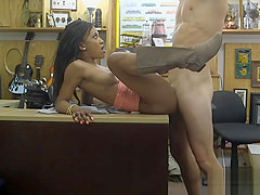 Black babe pawns her twat for golf clubs