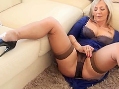 beautiful mature in panties (coroa provocando de calcinha)