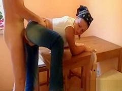 Ts i rippede jeans kneppet p kkkenbordet