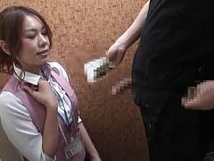 cetet vendeuse japonaise suce le client dans la cabine d'essayage