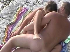baiser sa copine à la plage