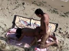 filmer un couple entrain de baiser en levrette sur une plage de nudiste