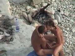 voir un couple de nudiste baisée à la plage
