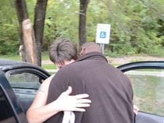 vieille salope baisée par un inconnu devant sa voiture