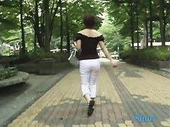 公園で水を飲んでる肩だし爆乳お姉さんの服を引き下げる