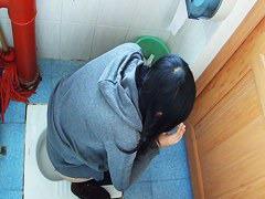 真面目そうな美人女子大生がオシッコする様子を女子トイレのドアの下から盗撮