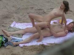 plan cul à la plage filmé par un voyeur